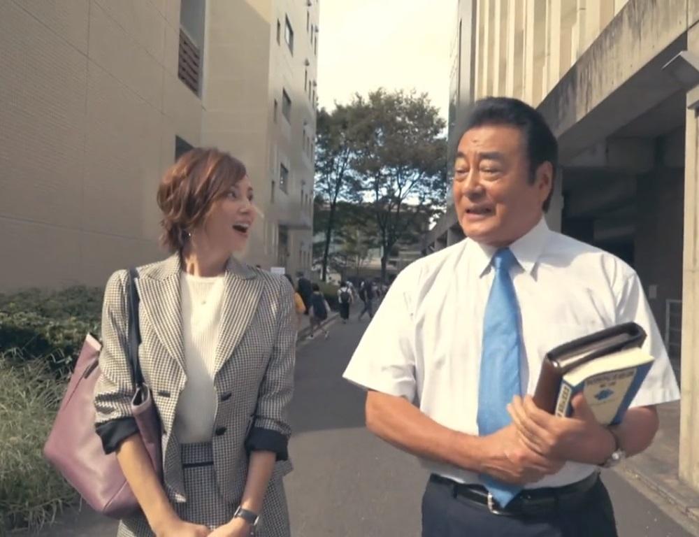 チェックのセットアップがオシャレな米倉涼子さん