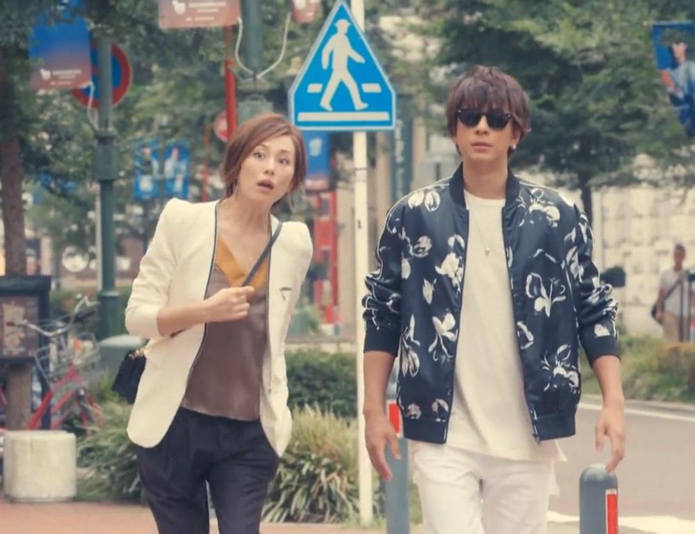 爽やかなジャケットの米倉涼子さん